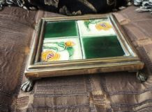 ANTIQUE ART NOUVEAU SOLID BRASS TRIVET POT STAND ON PAW FEET GREEN FLORAL TILE